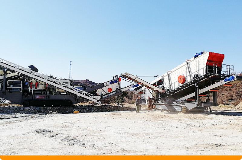 相当于一条破碎生产线的履带式液压岩石破碎机工作现场