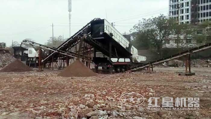 车载流动磕石子机破碎现场