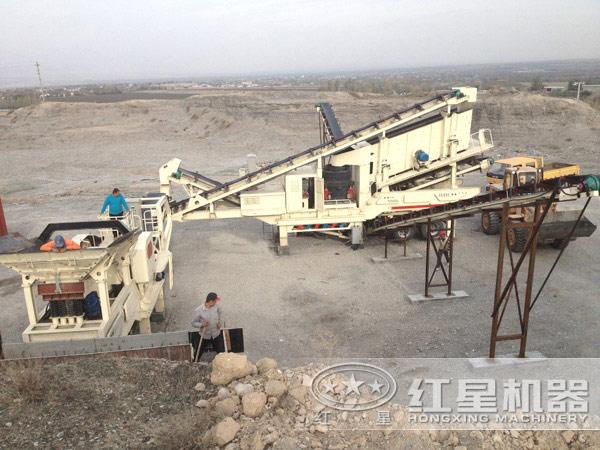 一小时150吨河卵石移动破碎机多机组合作业