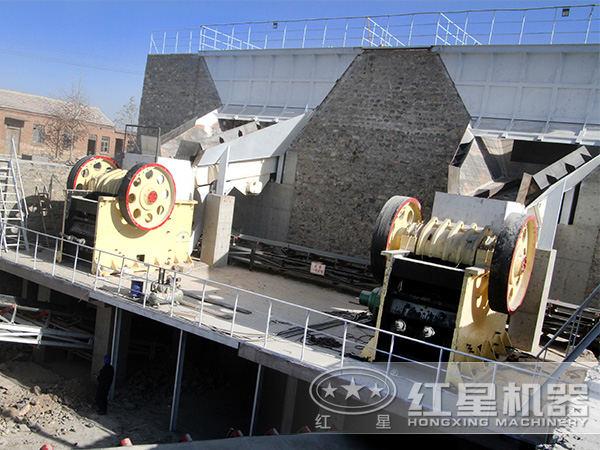 时产120吨鄂式破碎机工作现场