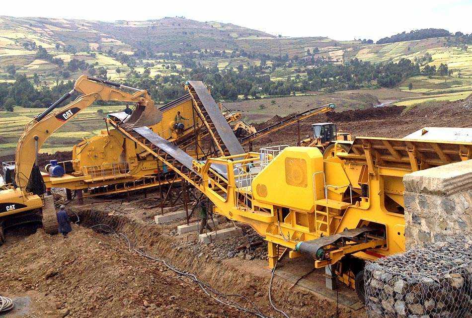 山东某时产50-100立方可移动青石破碎生产线现场
