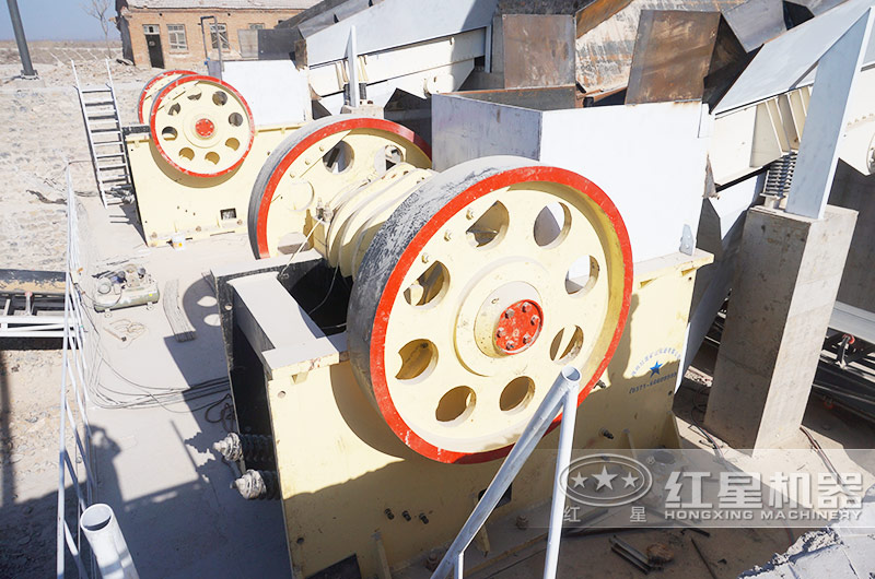 日产1000吨青石破碎生产线现场:颚破机进料