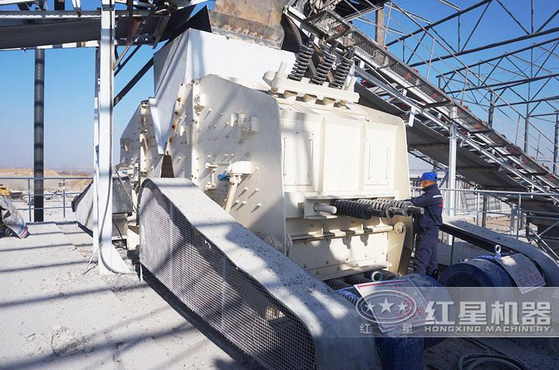 日产1000吨青石破碎生产线现场:反击破