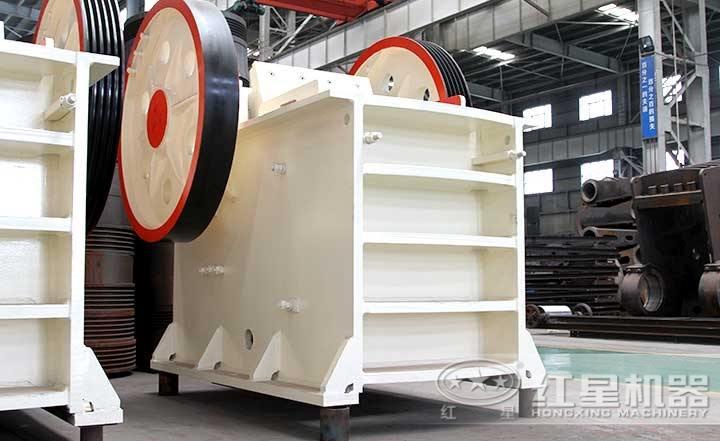 普通鄂式破碎机,性价比高,飞轮设计运行稳定