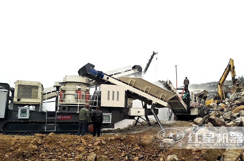 每小时产300吨石子移动破碎机作业现场