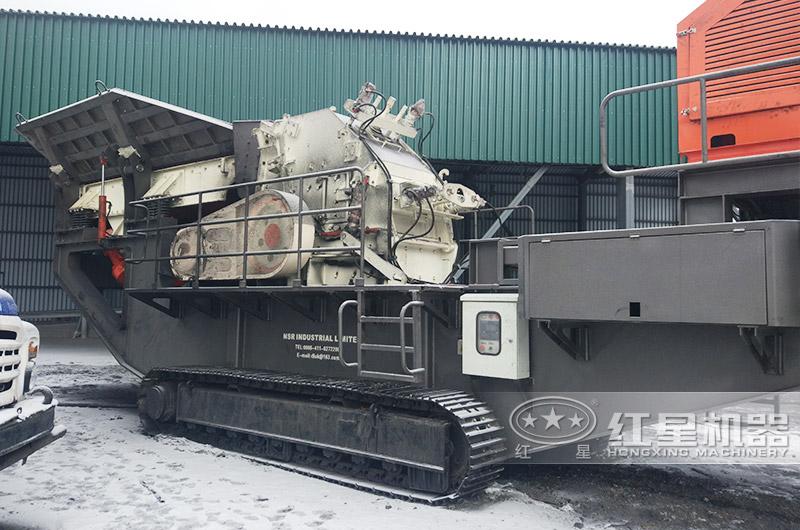 俄罗斯履带移动细碎机作业现场