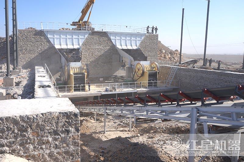正在运行的粉碎石子厂