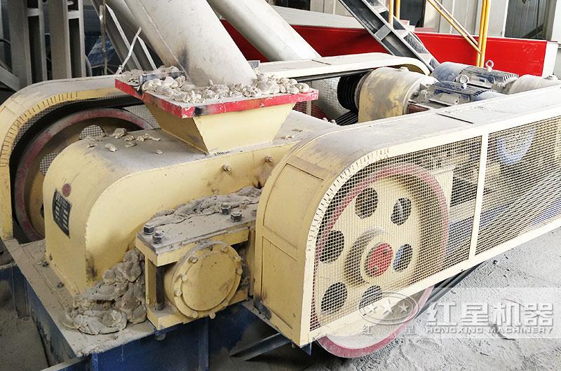 四川时产100吨石膏小型辊式粉碎机生产现场