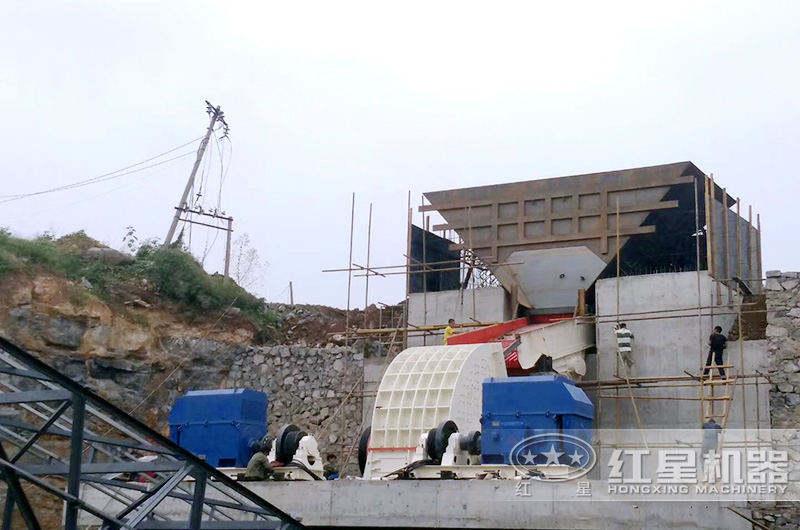 重锤式大型矿石粉碎机生产现场