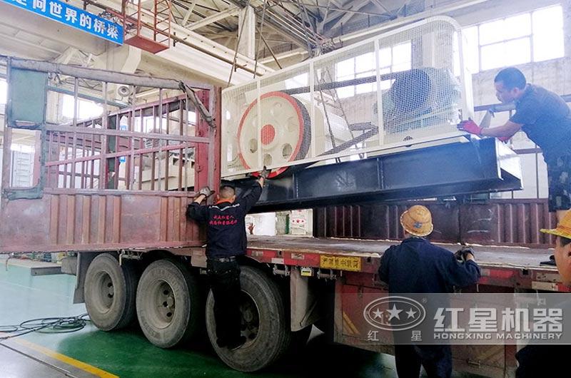 红星对辊式破碎机装车发往客户现场