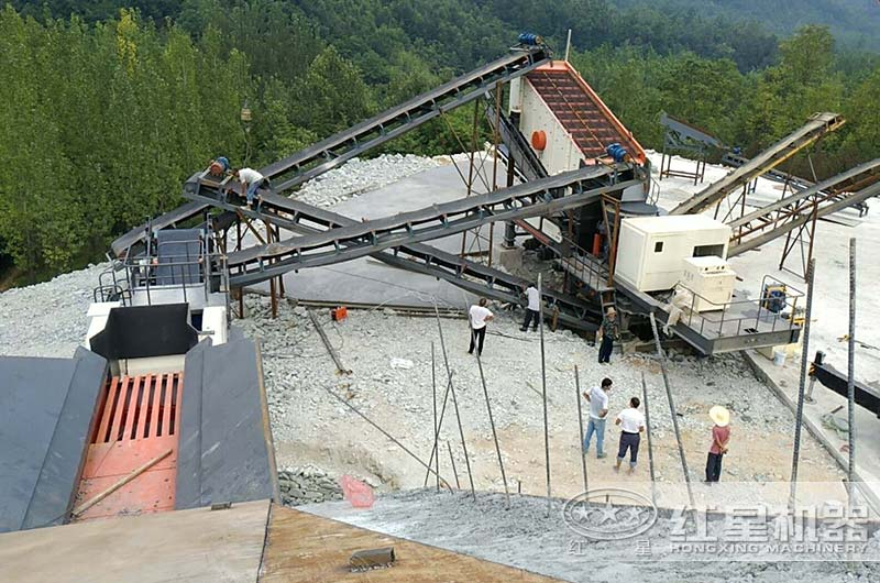 每小时200吨移动碎石机作业现场