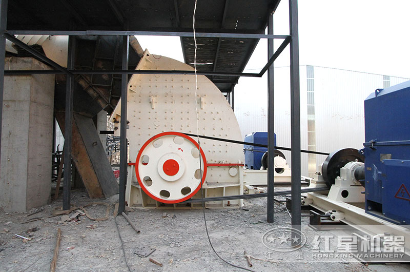 碎石场生产线,重锤式破碎机作业图
