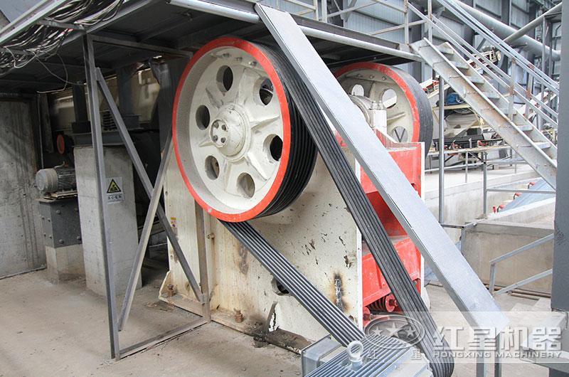 日产3000吨碎石机工作现场图