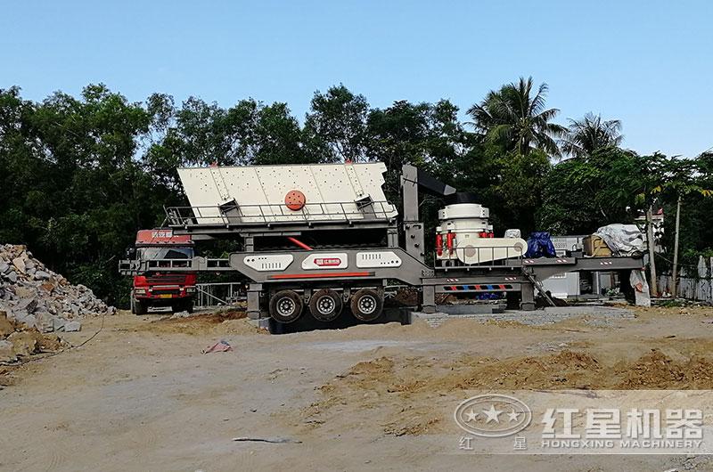 海南客户移动碎石机械设备生产现场