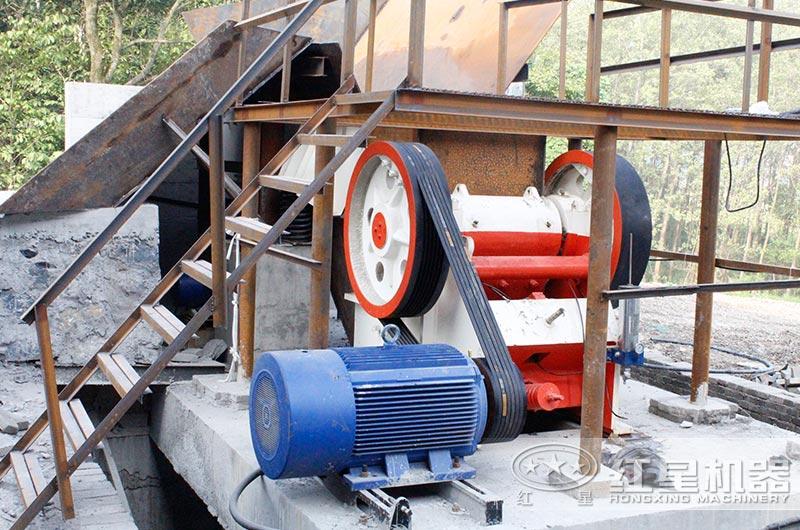 小型鄂式碎石机工作现场图片