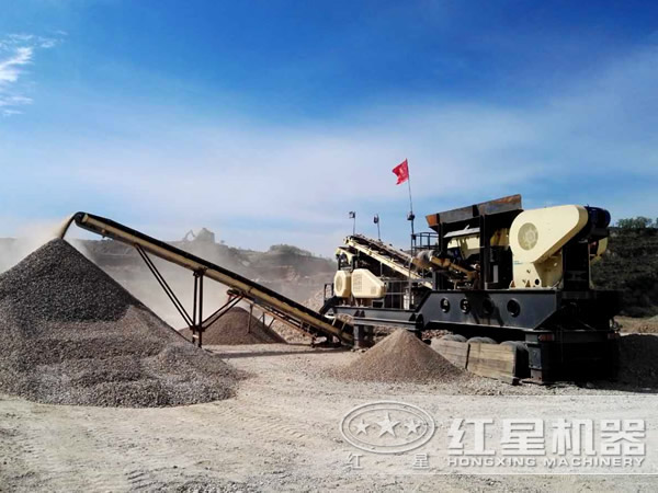 时产300吨半挂车流动磕石机操作现场