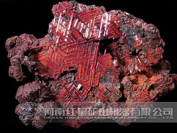 某选厂金红石矿中主要含钛矿物主要为金红石,少量钛铁矿和榍石。其他金属氧化矿物有少量至微量褐铁矿、赤铁矿和磁铁矿。金属硫化矿物只有微量黄铁矿,脉石矿物为:角闪石、石榴石、钠云母、绿帘石、长石、绿泥石、黏土、石英等。选厂拟定金红石选別分离的原则流程为磁选-重选-浮选的联合工艺流程,并进行试验验证。  1、磁选试验 将金红石矿样磨至细度-74μm95%,给入磁选机进行磁选,磁场强度为0.